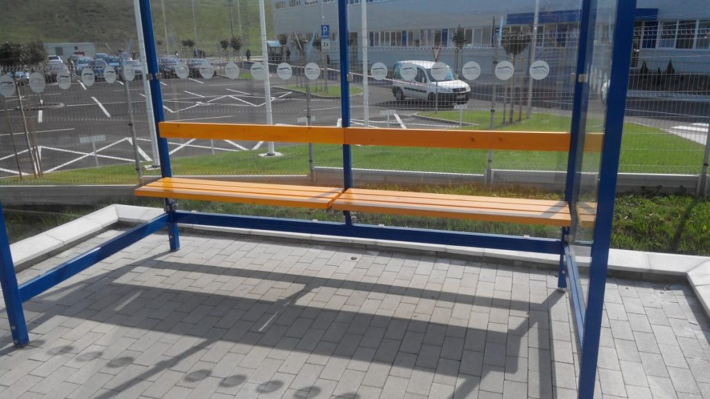 Autobusove-zastavky-LIANA-2A-ral5010-sprijemnuju-zamestnancom-priemyselneho-parku-cakanie-na-autobus