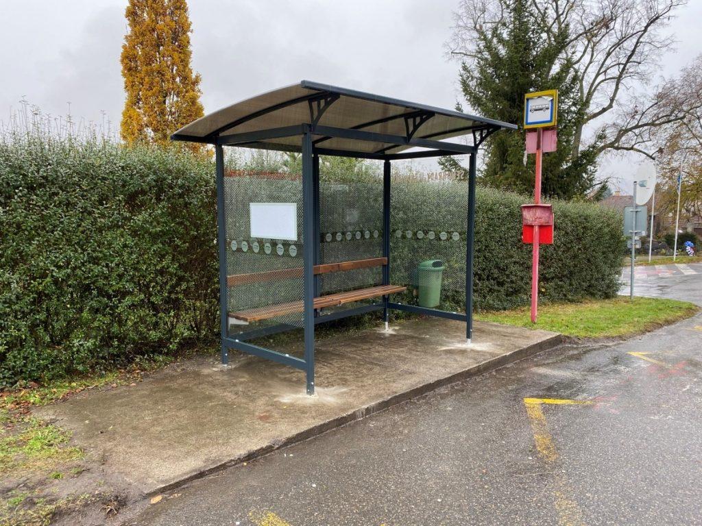 Autobusove-zastavky-modelovej-rady-LIANA-2A-s-lavickou-a-tabulov-pre-cestovny-poriadok-stvorene-pre-kazde-mesto-a-obec