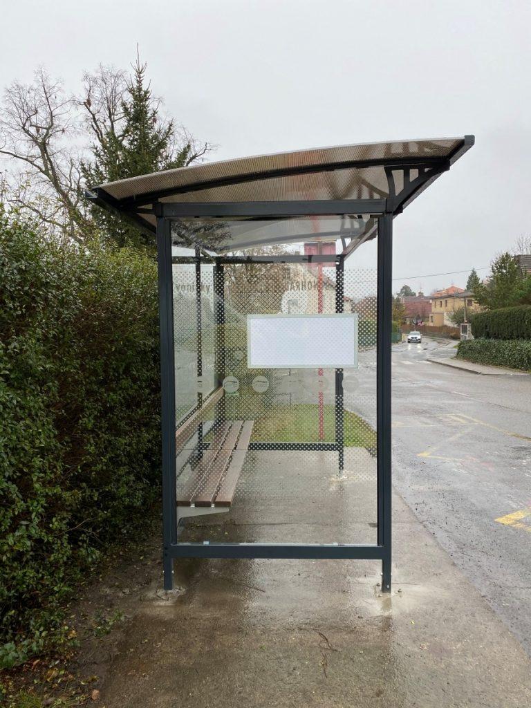 bocny-pohlad-autobusovej-zastavky-LIANA-odkryva-kvaltnu-prepracovanu-strechu-bocna-vypln-zastavky-obsahuje-tabulu-pre-cestovny-poriadok