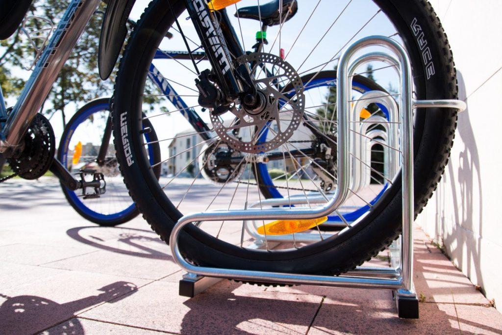 5-miestny- cyklostojan-SNKIQ5-instalovany-v-cyklo-pristresku