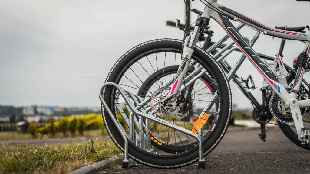 cyklostojan-na-bicykle-model-ALFA-s-ramom-pre-cyklopristresky