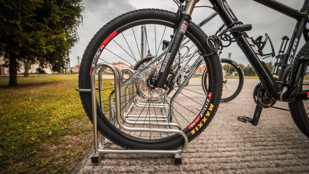 cyklostojan-na-bicykle-model-IQ-s-ramom-pre-cyklopristresky