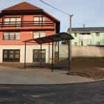 montaz-autobusove-zastavky-informacne-vitriny-lavicky-v-obci-haniska-4
